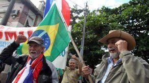 Extrabajadores paraguayos de Itaipú protestan en la embajada de Brasil