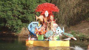 Panameños y extranjeros disfrutan del carnaval acuático en Penonomé