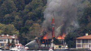 Incendio amenaza histórica mezquita de Turquía