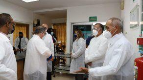 El titular del MIDA, Augusto Valderrama y el agregado agrícola de la Embajada de EEUU en Panamá, Peter Olson, efectuaron un recorrido por el laboratorio.