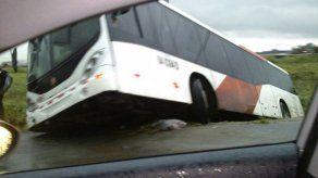 Metro Bus cae en una cuneta en Las Mañanitas