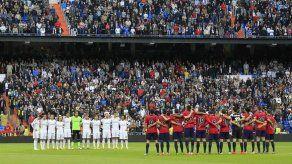El Santiago Bernabéu guarda un emotivo minuto de silencio por Tito Vilanova