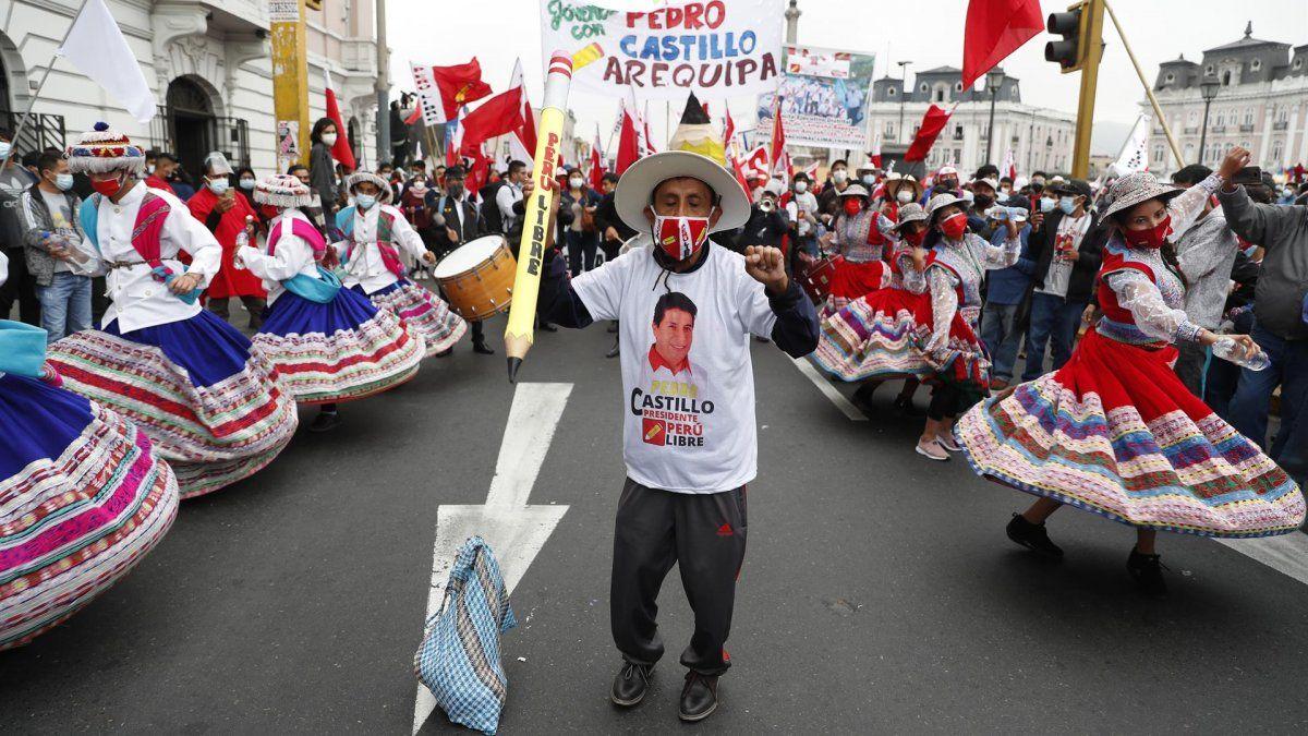 Personas se manifiestan a favor del izquierdista Pedro Castillo hoy en Lima (Perú). Partidarios del izquierdista Pedro Castillo y de Keiko Fujimori salen a las calles para defender o combatir las impugnaciones de la líder derechista de los resultados de las presidenciales.