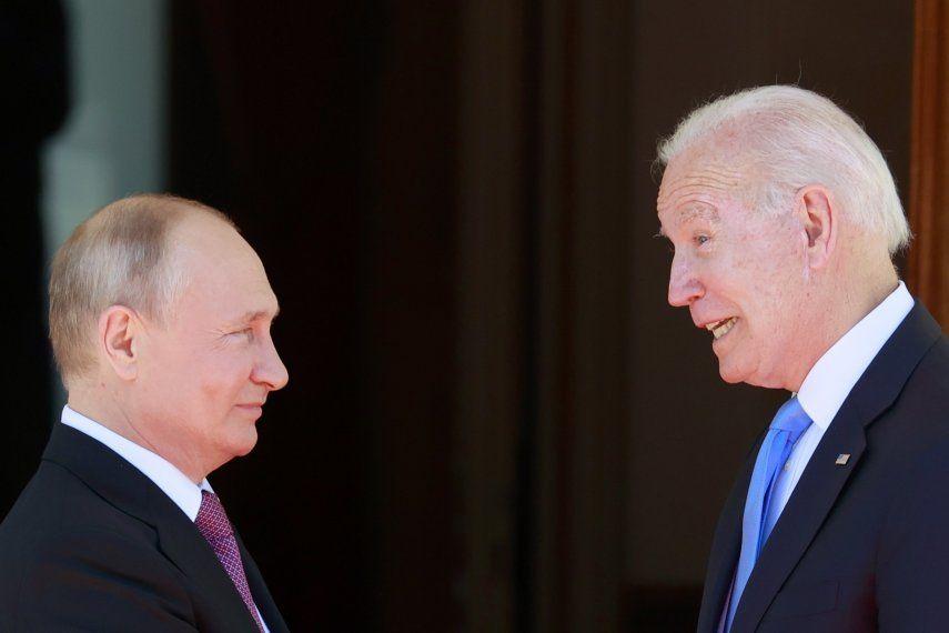 El presidente de Estados Unidos Joe Biden (d) y el presidente de Rusia Vladimir Putin (i) durante la cumbre entre Estados Unidos y Rusia en Villa La Grange