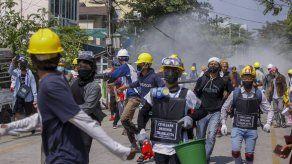 Policía de Myanmar allana casas de trabajadores huelguistas