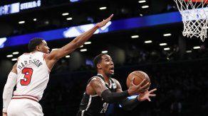 Russell anota 30 y Nets ganan 122-117 a Bulls