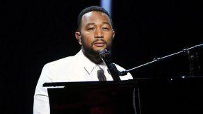 John Legend tiene tantas batas de baño como Chrissy Teigen