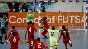 Los jugadores de la selección de fútbol sala de Panamá celebran su victoria ante Canadá.