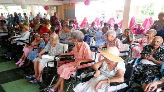 Mediante el proyecto Casa de Día se pondrá en operación una red de apoyo a adultos mayores en situación de dependencia leve, mediante una modalidad de trabajo integral, centrado en las necesidades y potencialidades de cada uno de los usuarios.