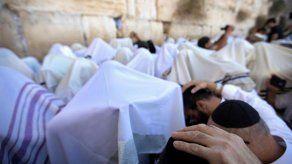 Decenas de miles de fieles judíos rezan en el Muro de las Lamentaciones