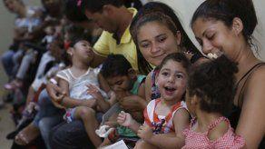 """""""Niños del zika"""" en Brasil van a escuela"""