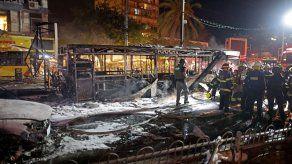 Bomberos de Israel revisan un bus calcinado tras un ataque con cohetes del grupo Hamás.