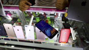 Mexicanos recurren a celulares falsos para darlos en asaltos