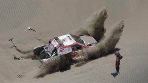 Loeb gana cuarta etapa de Rally Dakar y se acerca a Peterhansel
