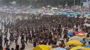 Brasileños inundan playas de Río por altas temperaturas a un mes del verano