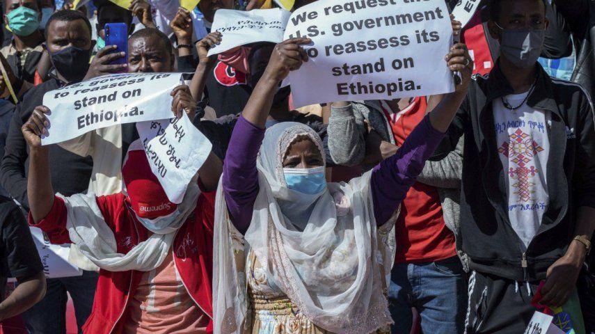 """Los manifestantes en Adís Abeba portaban pancartas que decían """"Los jóvenes etíopes denuncian la intervención occidental"""". Otros decían que la soberanía de Etiopía estaba en juego."""