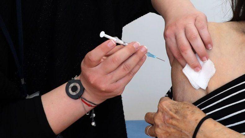 Retrasar la segunda dosis de la vacuna: apuesta arriesgada o plan pragmático