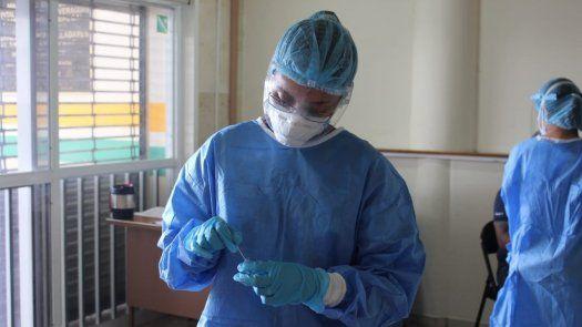 Personal de salud de Panamá realiza pruebas para detectar la COVID-19.