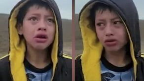 Niño migrante pide ayuda en la frontera entre México y Estados Unidos