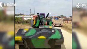 Multan a un ciudadano chino por construir un tanque y conducirlo por la calle