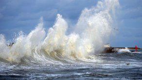 Emiten alertas por pronóstico de fuerte oleaje y lluvias