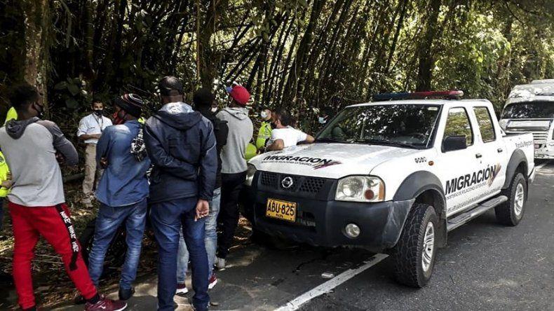 Colombia detiene a más de 50 migrantes que buscaban llegar a Panamá