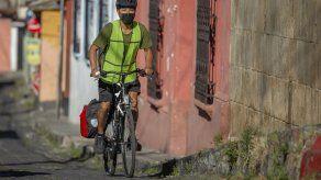 Con su bicicleta ayuda a alimentar niños pobres en Guatemala