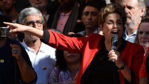 Rousseff recibe la llama de Río 2016 al borde de un impeachment olímpico