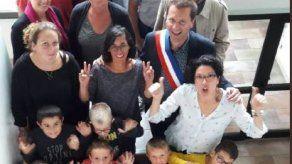 Alcalde decreta en Francia la obligación de ser feliz