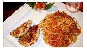 Spaghetti a la napolitana y pollo a la pimenta y ajo