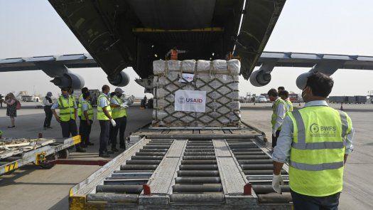 La ayuda a India llegó a través del avión de transporte militar Super Galaxy de Estados Unidos con más de 400 botellas de oxígeno y otros equipos médicos.