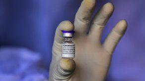 De acuerdo con datos de consultoras del sector, en 2022 se prevé que Pfizer, que comparte beneficios con la alemana BioNTech, ingrese 56.000 millones de dólares por la venta de su vacuna, mientras que Moderna ganaría unos 30.000 millones.