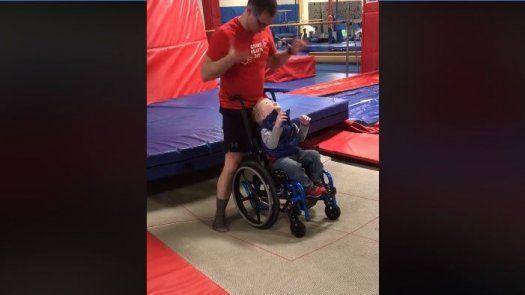 Niño hace acrobacia en trampolín en su silla de ruedas