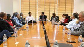 Entregan al administrador de ATP  compromiso con el Turismo firmado en debate presidencial