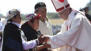 Papa se reúne con migrantes en Chile antes de viajar a Perú
