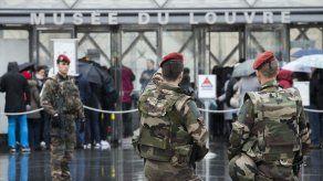 Presunto agresor de Louvre guarda silencio en interrogatorio