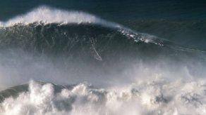 Brasileño impone récord mundial al montar ola de 24