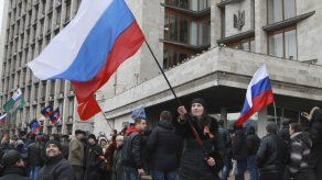 Ucrania: turba con banderas rusas asalta edificio