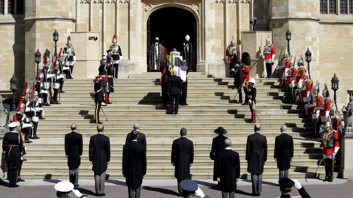 El féretro del príncipe Felipe había sido trasladado de mañana por portadores del Primer Batallón de Granaderos desde la capilla privada de la familia real a otro salón del castillo.