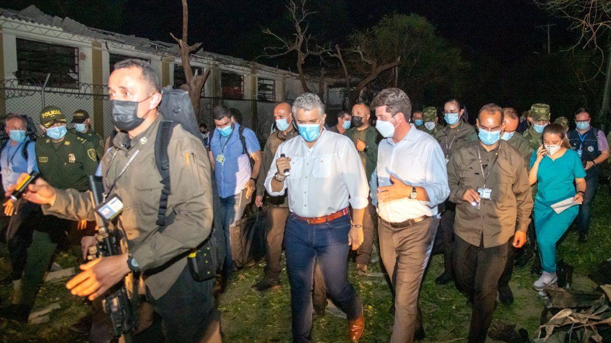 El mandatario de Colombia, Iván Duque (2i), acompañado por el ministro de defensa, Diego Molano, mientras realizan un recorrido por las instalaciones destruidas a causa de la explosión de un carro bomba este martes, en la Brigada del Ejército.