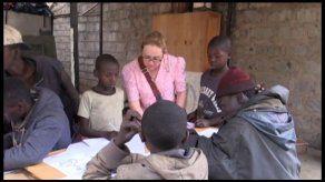 Niños pobres de Nairobi dan forma a sus sueños en clases de dibujo