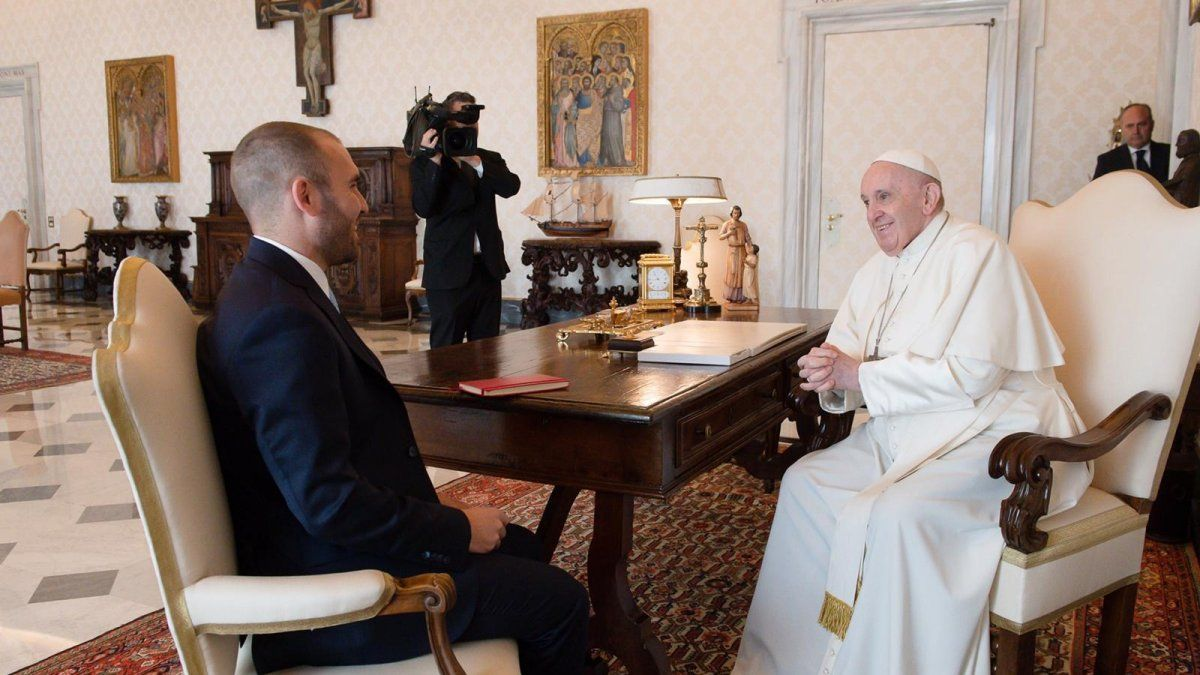 El papa Francisco recibió en audiencia privada al ministro argentino de Economía, Martín Guzmán, que se encuentra en Roma en el marco de la gira que mantiene por varios a países europeos para dialogar sobre la renegociación de la deuda con el Fondo Monetario Internacional (FMI).