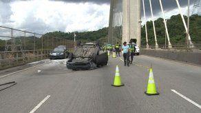 Auto se volcó en el puente Centenario