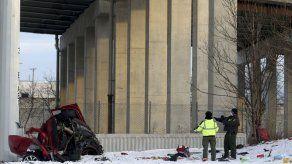Auto cae 15 metros desde autopista de Chicago: dos muertos