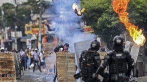 Manifestantes se enfrentan a unidades antidisturbios en la ciudad de Cali, Colombia.