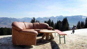 Compran sofá viejo y encuentran 40.000 dólares