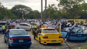 Cientos de personas con sus vehículos abarrotaron el domingo la Calzada de Amador.