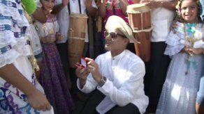 Joven le propone matrimonio a su novia en medio de desfile de carretas en La Chorrera