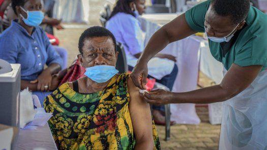 Expertos en salud y gobernantes han advertido reiteradamente que, aunque los países ricos inmunicen a toda su población, ello no bastará para derrotar la pandemia en tanto se propague el virus en países privados de vacunas.