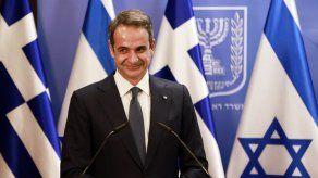 Opositor acusa a premier de Grecia de no cumplir cuarentena
